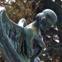 Trauernder Engel als XXL-Gartenskulptur
