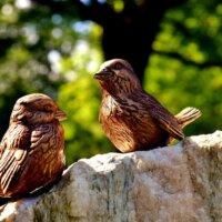 Vögel aus Bronze als Gartendeko