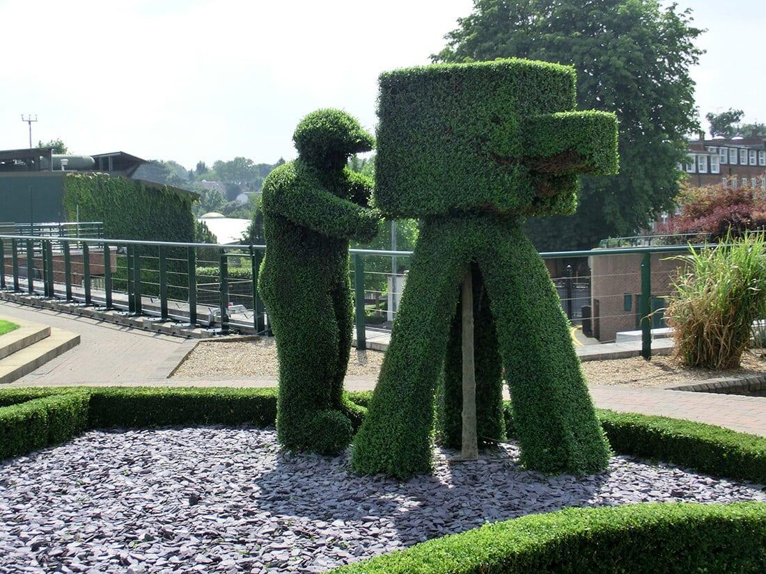 XXL-Gartenfigur aus einer in Form geschnittenen Hecke