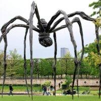 XXL-Spinne als Gartenfigur