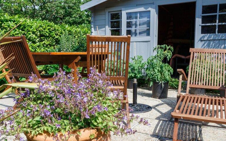 Gartenhaus-Fenster selber einbauen