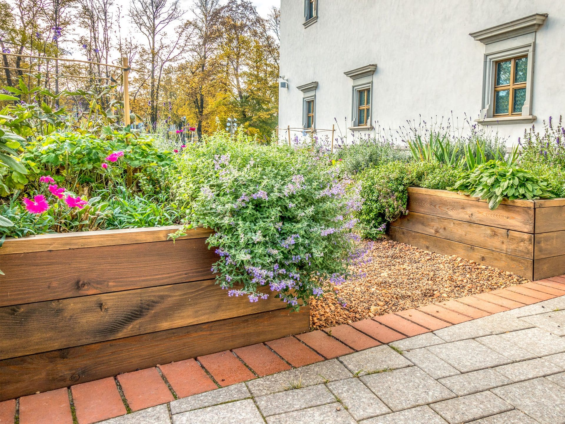 Gartenkonzept allein aus Hochbeeten direkt am Haus © Vejaa - depositphotos.com