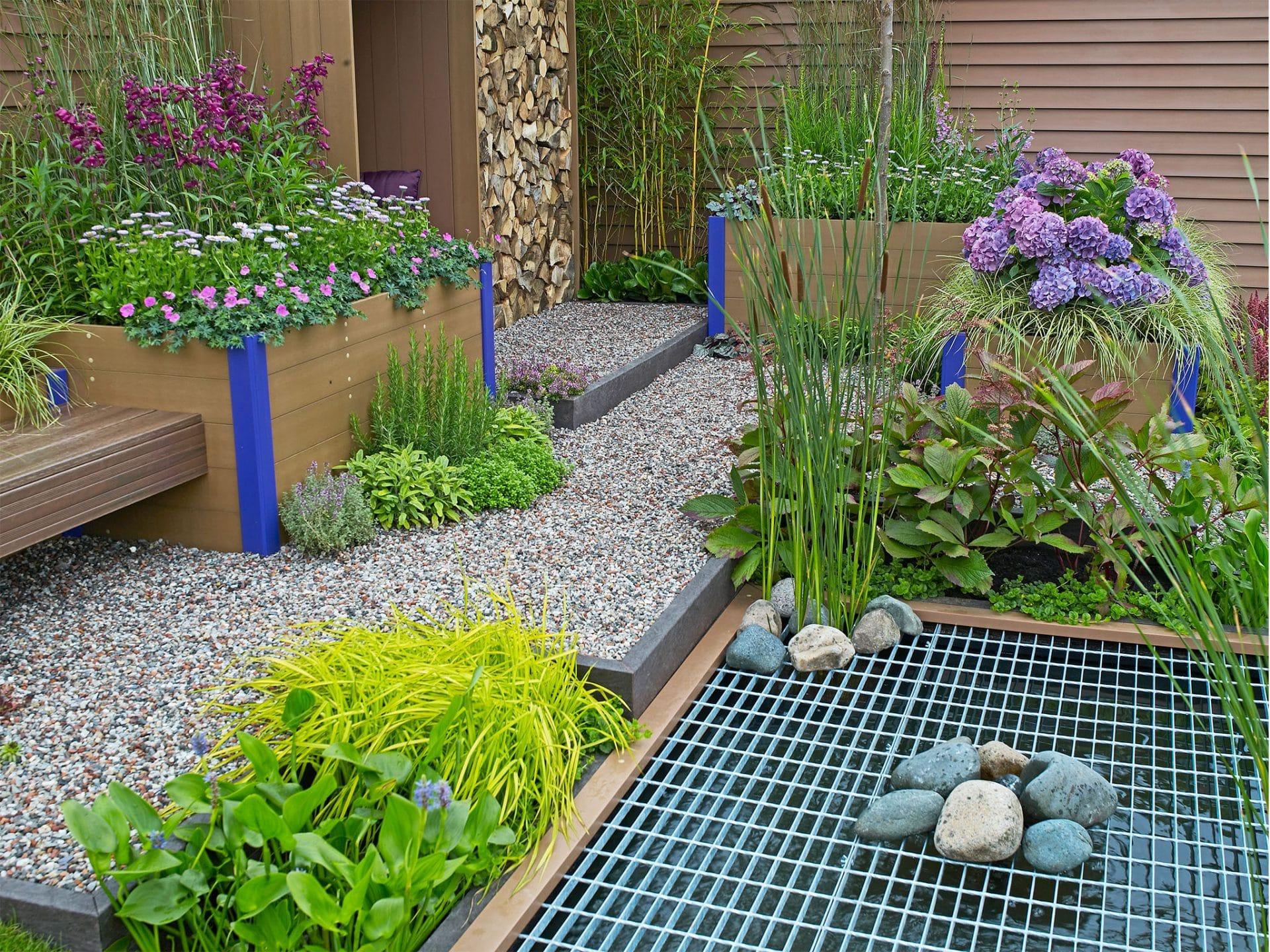 Kleiner Kiesgarten mit Hochbeeten für die Pflanzen © gardenguru - depositphotos.com