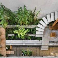 Balkon im kleinen Hinterhof mit Terrassendielen aus Holz