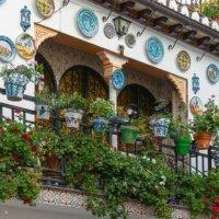 Balkon mit dekorativen Wandtellern