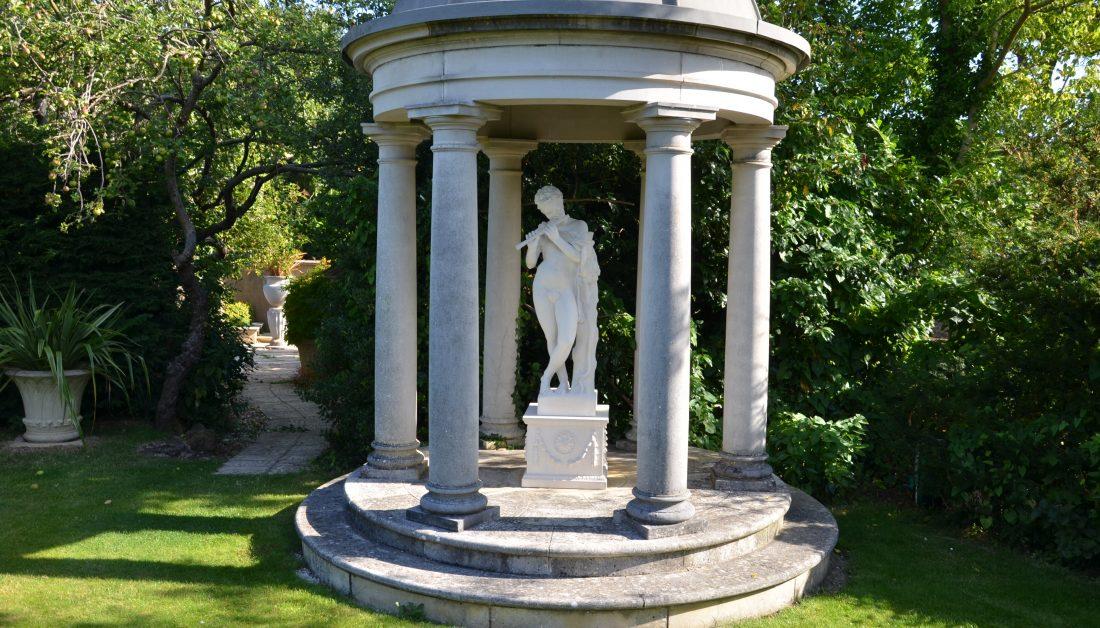 Säulenpavillon mit Skulptur aus Steinguss