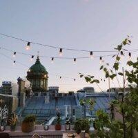 Dachterrasse mit Lichterketten-Beleuchtung