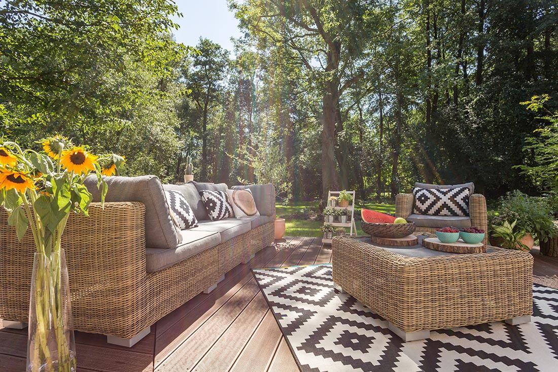 Gemütliche Terrasse mit Dielen aus Holz