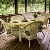Gemütliche Terrasse mit Holzdielen und weißen Möbeln