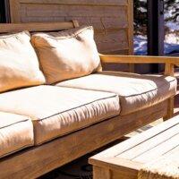 Gemütliches Sofa auf dem Balkon