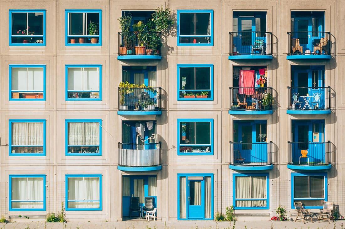 Kleine Balkone an Hochhaus