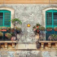 Mediterrane Balkon in antikem Gebäude