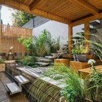 Mehrstöckige Terrasse mit Dielen aus Holz und Steinplatten