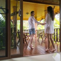 Minimalistisch eingerichteter Balkon