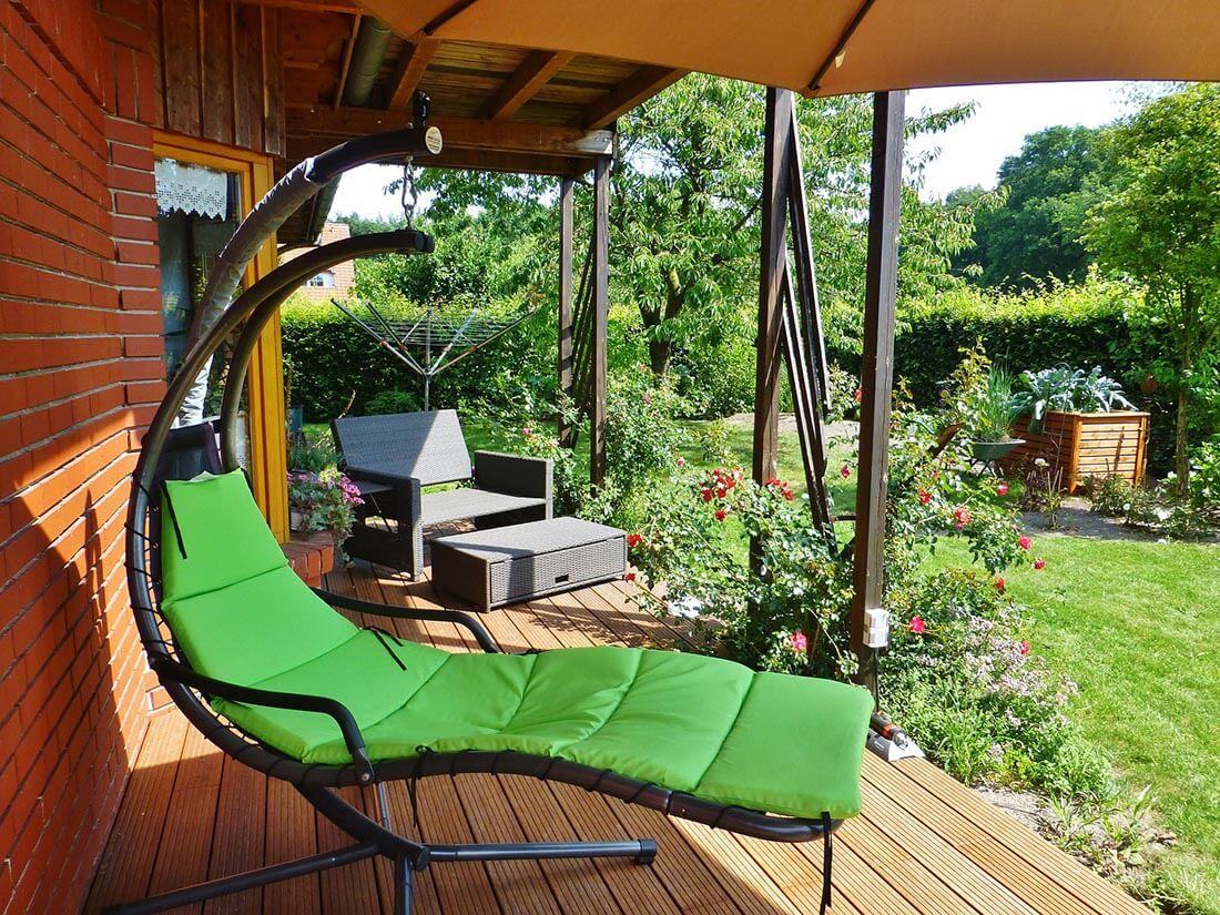 Schmale Terrasse mit Holzdielen