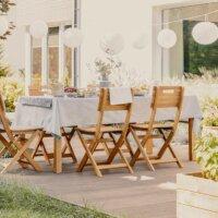 Sitzgruppe auf Terrasse mit Holzdielen im Sommer