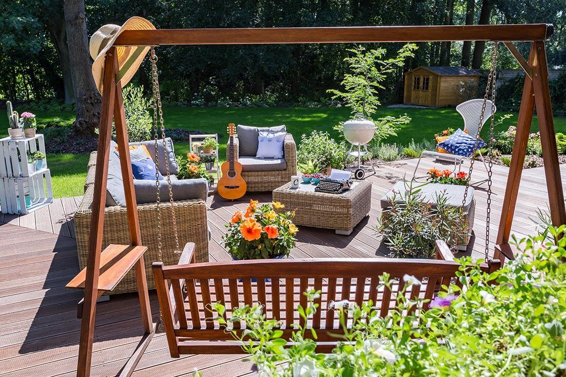 Terrase mit Dielen im Sommer