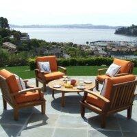 Terrasse mit Steinplatten und Möbeln aus Teak-Holz