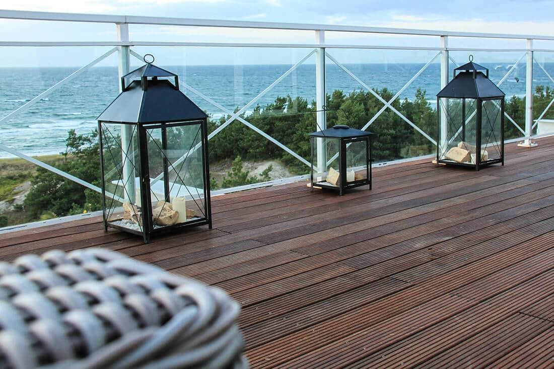 Terrassendielen aus Holz auf Balkon am Meer