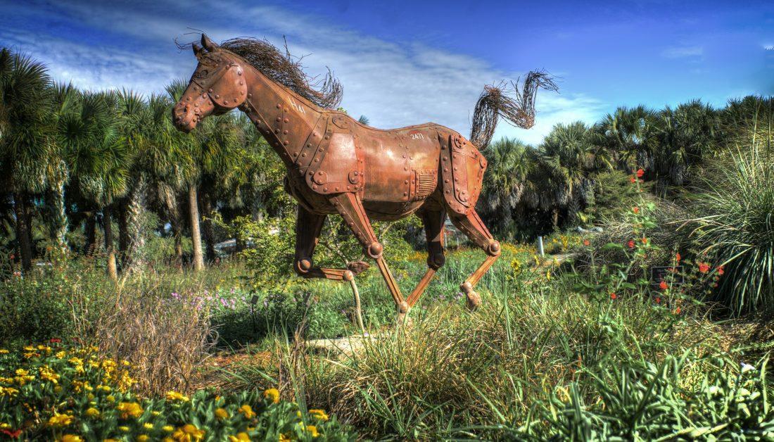 Moderne Pferdeskulptur aus Kortenstahl lebensgroß