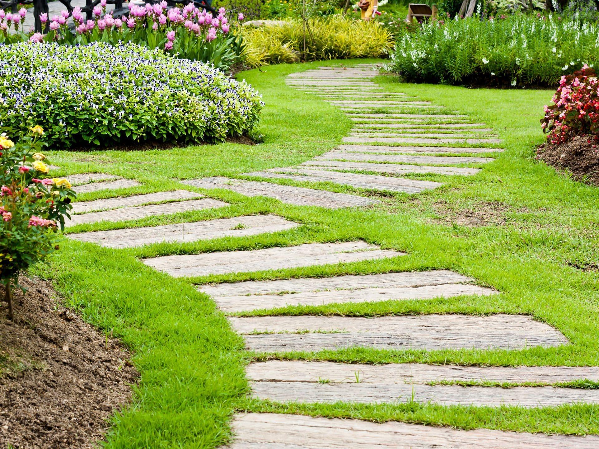 Gartenweg aus Holzschwellen ohne Randbegrenzung © Shutterstock - Pheniti Prasomphethiran