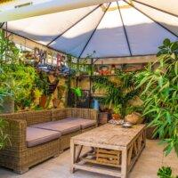 Gartensofa unter einem Pavillon im Innenhof © Shutterstock - Pablo77