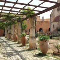 Pergola als beschatteter Durchgang im mediterranen Innenhof © Pixabay.com