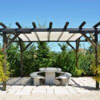 Holz-Pergola für eine Sitzecke aus Stein © Shutterstock.com - Pincasso