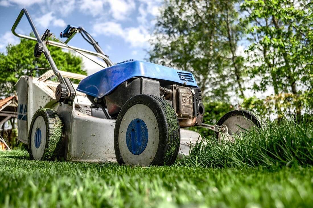 Ein Benzin-Rasenmäher ist robust und leistungsstark.
