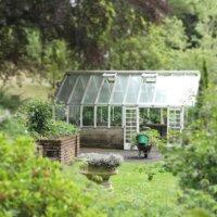 Gewächshaus im wilden Naturgarten