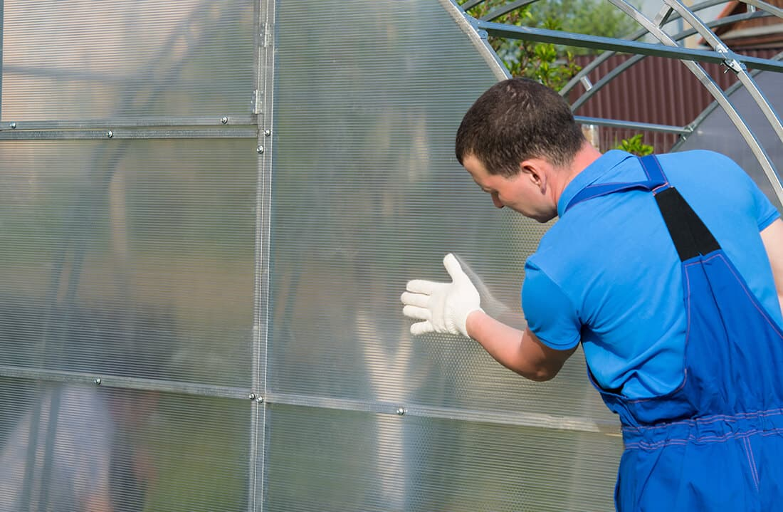 Glasmontage am Gewächshaus