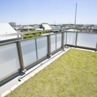 Dachterrasse mit Rasen und Drainageleitungen © Shutterstock.com - KPG_Payless