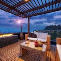 Moderne, überdachte Dachterrasse mit Feuerstelle © Shutterstock.com - Santiago Cornejo