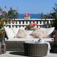 Gartensofa von Pflanzen umgeben © Shutterstock.com - Swiss Studio