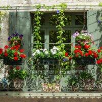 Balkon-mit-Pflanzen-und-Zaun-schmuckhaft © clodio - Depositphotos.com