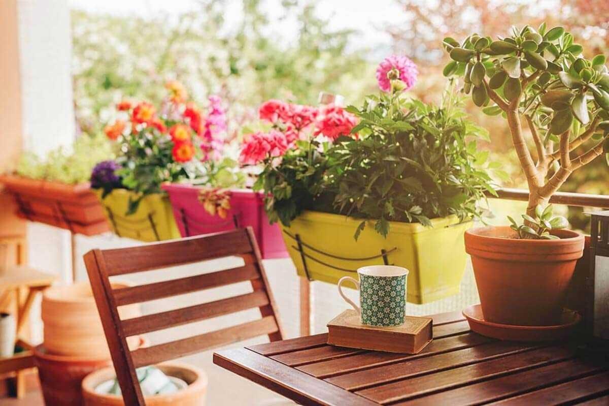 Balkon mit Blumenrabatten als Sichtschutz