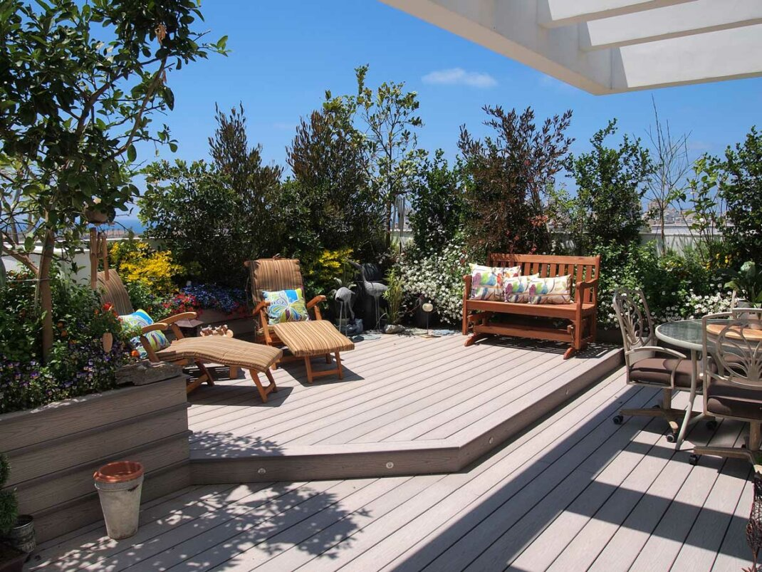 Mittelgroßer Balkon mit Sichtschutz aus Pflanzen