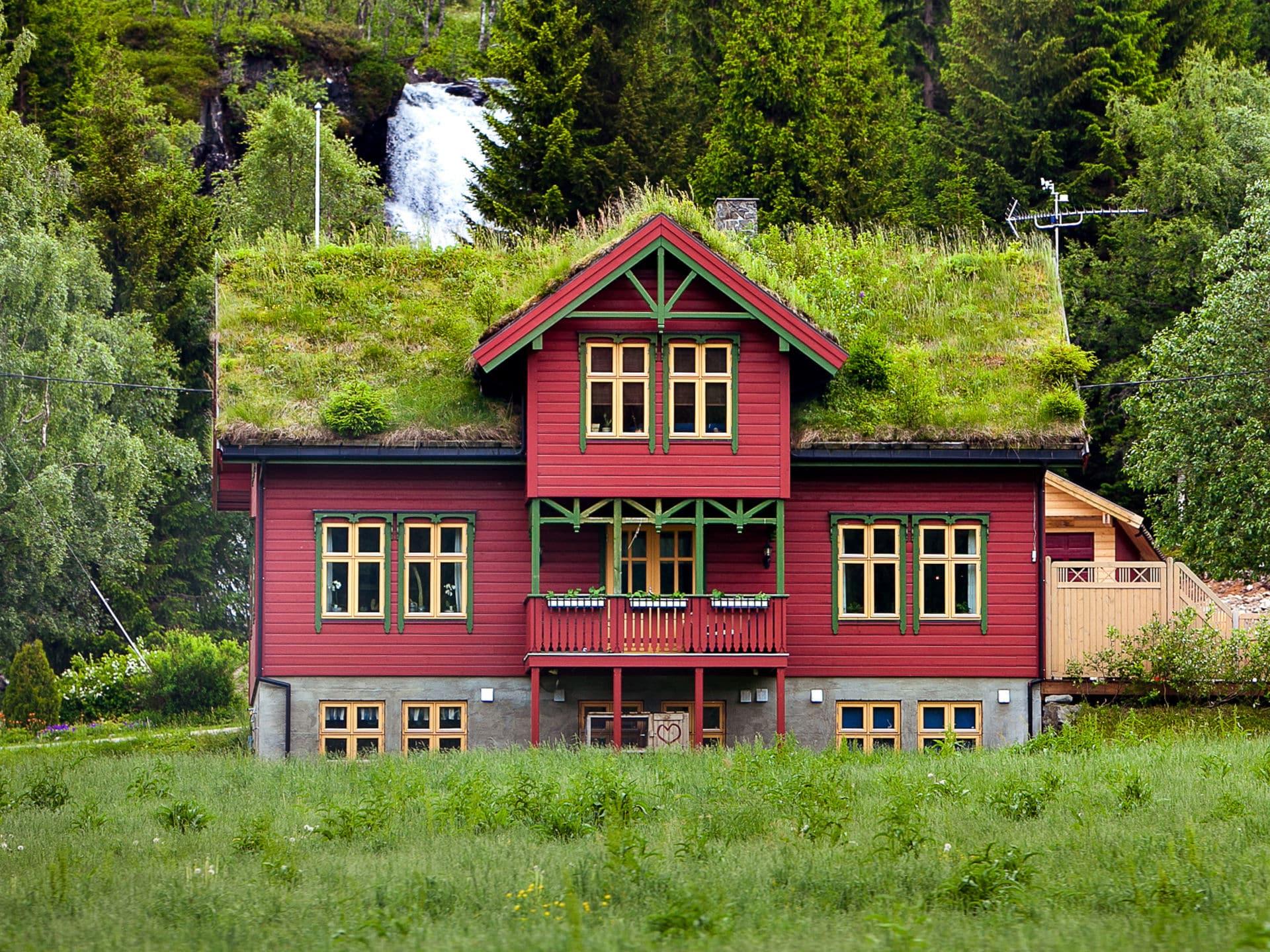 Mehrstöckiges Holzhaus mit Gründach © Shutterstock.com - Coy_Creek