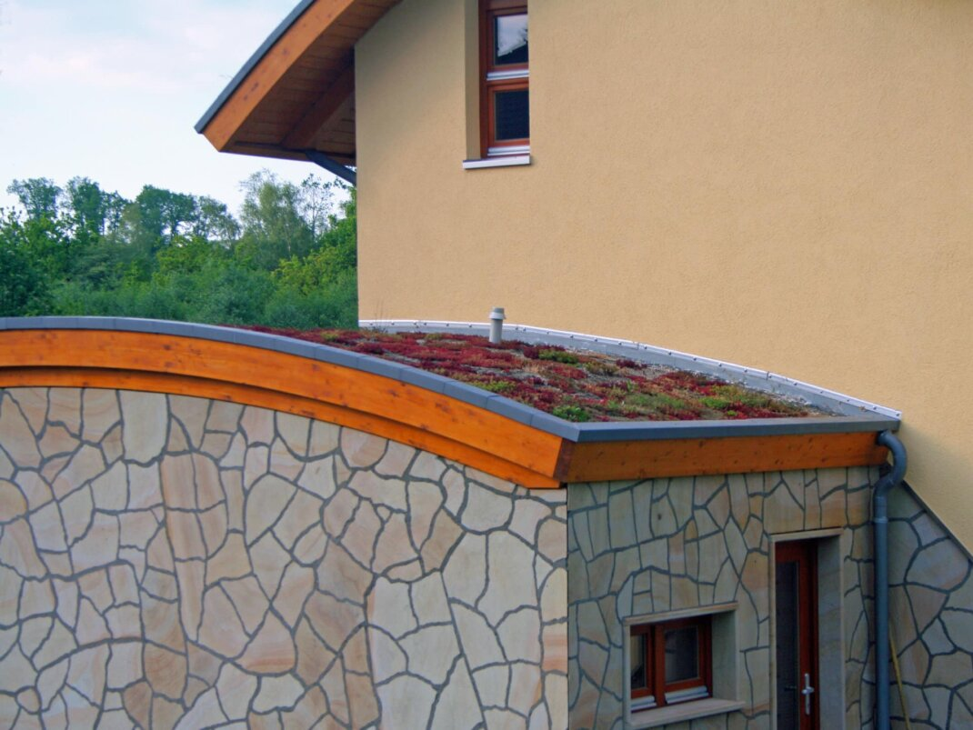 dachbegruenung_wohnhaus_eingang_garage