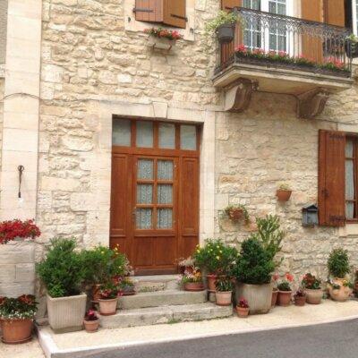 Hauseingang reich dekoriert mit Pflanzgefäßen