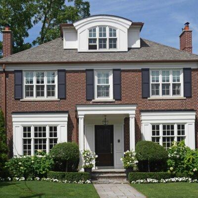 Haus im englischen Stil mit solidem Vordach © Shutterstock.com - Spiroview Inc