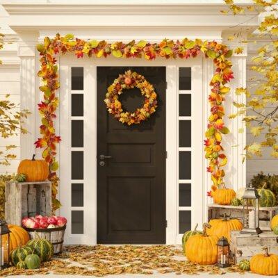 Herbstlich gestalteter Hauseingang mit Kürbissen, Äpfeln und Holzkisten © Shutterstock.com - 2M media