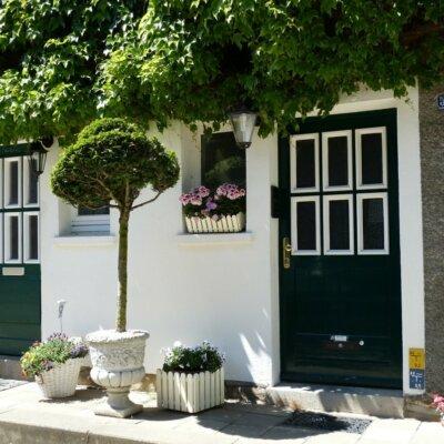 Schmaler Eingangsbereich eines kleinen Hauses