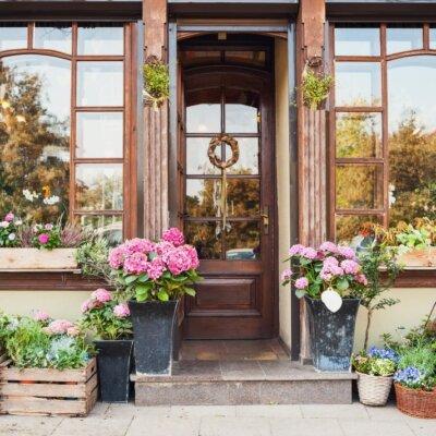 Hauseingang eines kleinen Geschäfts © Shutterstock.com - Kite_rin
