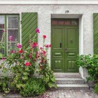 Hauseingang im Cottage Garten Stil © Shutterstock.com - Nadezhda Kharitonova