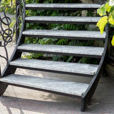 Metalltreppe mit Trittflächen aus Naturstein © Shutterstock.com - Bespaliy
