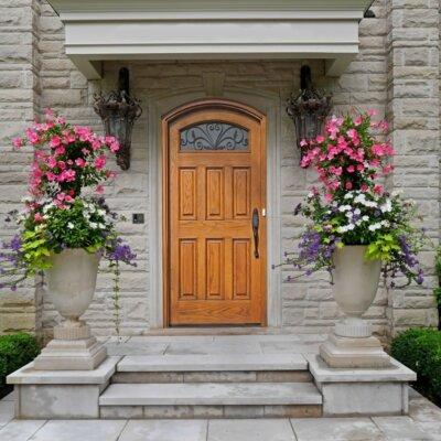 Hauseingang mit Vordach und Deko-Amphoren aus Stein © Shutterstock.com - Spiroview Inc