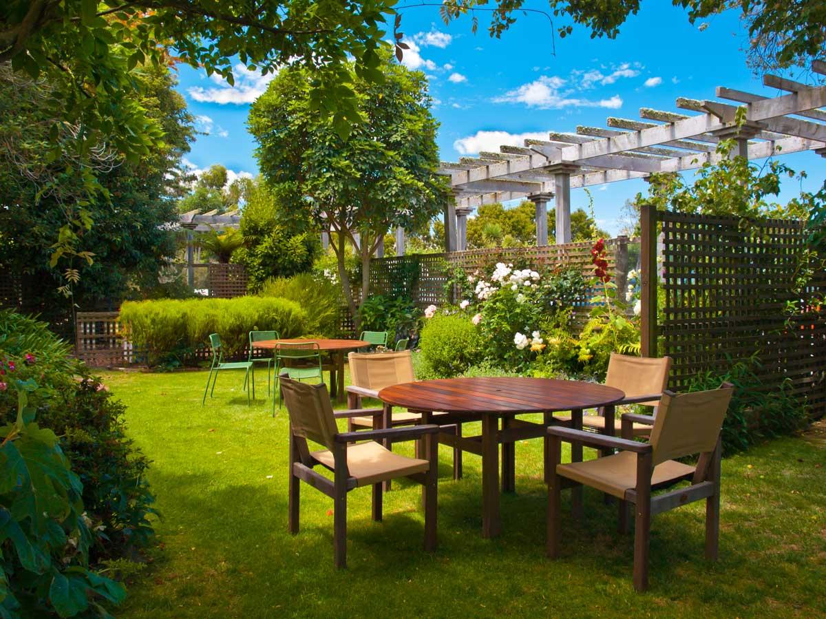 Terrasse im Grünen mit harmonischem Sichtschutz