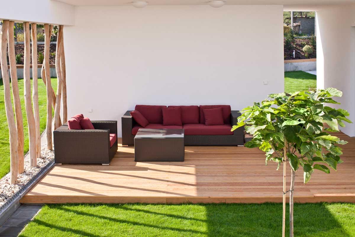 Design-Sichtschutz auf der modernen Terrasse