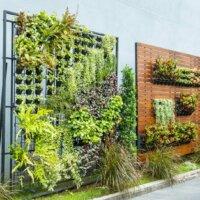 aufstellbare-Wände-aus-Holz-und-aus-Metall-mit-Pflanzen © smuayc - Depositphotos.com